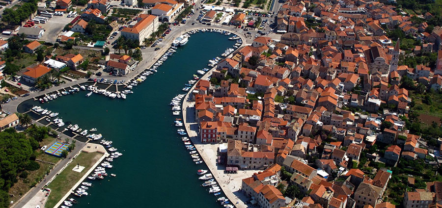 charter a yacht to Hvar old town