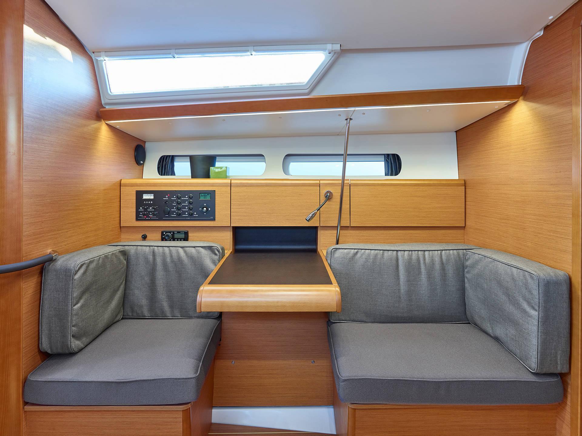 Sun Odyssey 419 deck
