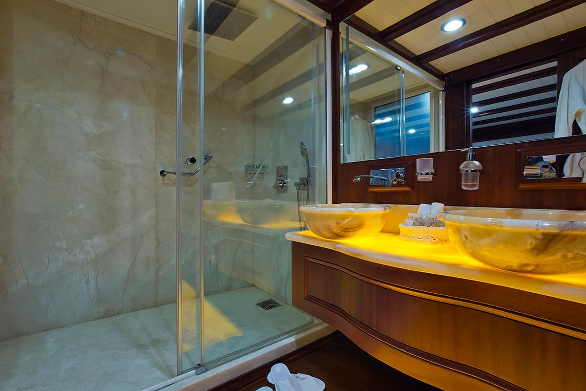 deluxe bathroom of Regina gulet