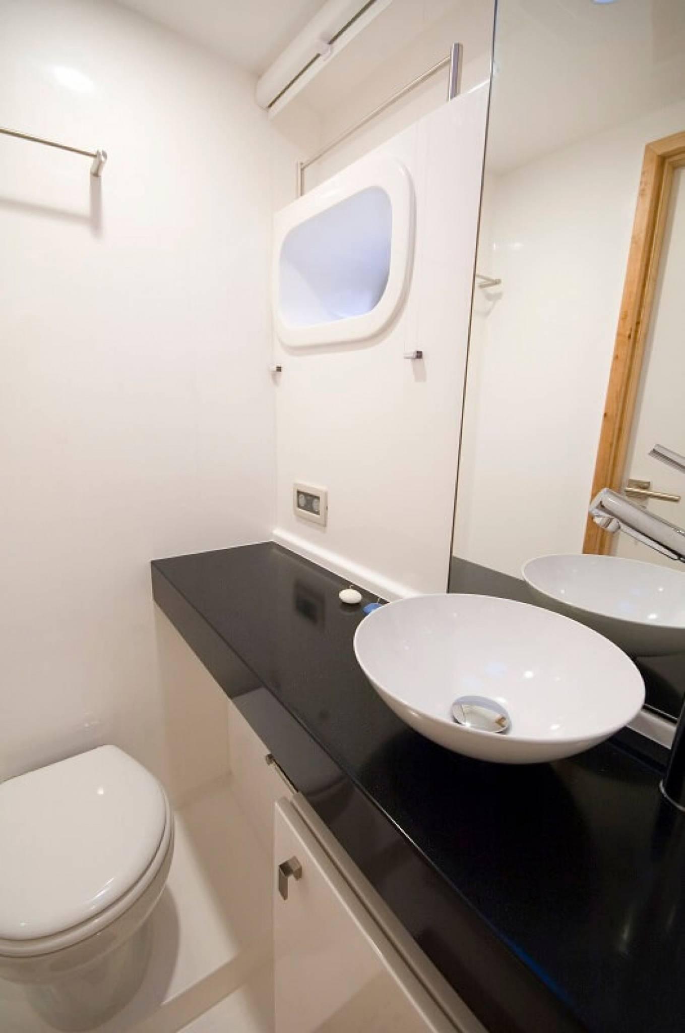 Sunreef 62 bathroom