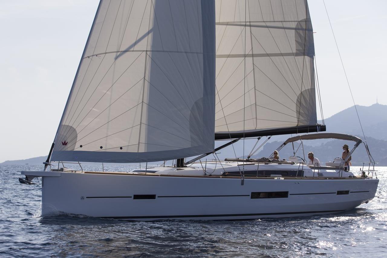 couple sailing Dufour 520 GL