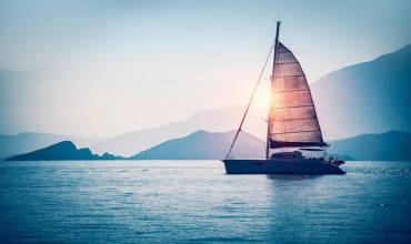 Are Sailboats More Safe Than Powerboats?